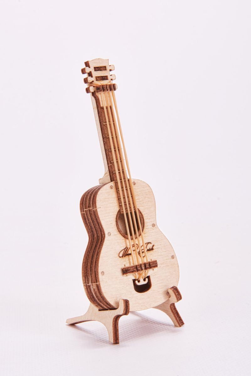wood trick gitara na stojaku
