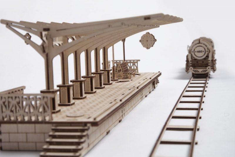ugears peron kolejowy z nadjeżdzającym pociągiem