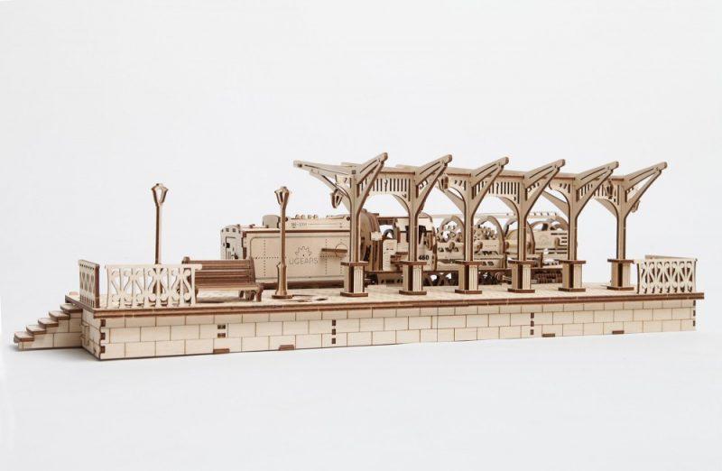 ugears peron kolejowy z oddali